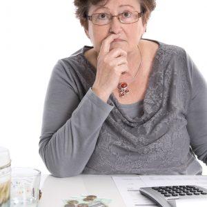 Verzweifelte alte Frau - Geld Konzept fr knappe Rente